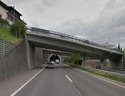 Östlich des Blatttunnels in Wollerau führt die Kantonsstrasse mittels einer Brücke über die Autobahn A3. (Bild: Google Maps)