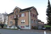 Schulhaus Niederwil, erbaut 1897 bis 1899, nach einem Entwurf des Zuger Baumeisters Johann Landis durch Leopold Garnin. Das typische Kleinschulhaus in ländlicher Umgebung ist nun Teil des Inventars der schützenswerten Denkmäler. (Bild: PD)