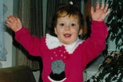 Jolanda Annen als Kind Siegespose. Das Bild stammt aus dem Familienalbum.