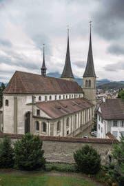 Die Hofkirche mit dem Chorteil des Gebäudes im Vordergrund. (Bild: Nadia Schärli (Luzern, 12. September 2017))