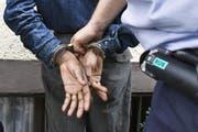 Die beiden Einbrecher konnten in flagranti festgenommen werden. (Symbolbild Keystone / Gaetan Bally)