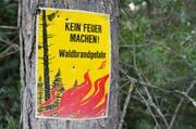 Ein Schild weist auf die Gefahr eines Waldbrandes hin. (Bild: Keystone / Dominic Steinmann)