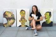 Den Moment des Niesens künstlerisch eingefangen: Paula Weibel mit ihren Werken. (Bild: Eveline Beerkircher (Rothenburg, 22. Juni 2017)