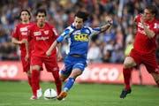 Thuns Oscar Scarione (zweiter von links) und Nelson Ferreira beobachten Chiumientos Schusstechnik beim 4:0-Sieg des FCL im Mai 2008. (Bild Philipp Schmidli / Neue LZ)