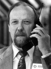 """Walter Heutschi, Chef Mobilcom bei der Telecom PTT und """"Vater des Natel C"""" in der Schweiz, haelt sich ein solches ans Ohr. Was am Freitag, 4. Juli 1997, ueber sein Kind zu vernehmen ist, ist nicht erfreulich. Der Betreib des Natel-C-Netzes in der Schweiz wird ab 1. Oktober 1998 massiv eingeschraenkt. 100'000 bis 150'000 Benuetzer werden bis da auf Natel-D umsteigen muessen. Die Natel-C Telefone landen nach Heutschi auf dem Schrott. Vgl. SDA bsd014. (Keystone/Archivbild) (Bild: Keystone (3. Juli 1997))"""