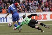Die entscheidende Szene im Cupfinal 2007. Nach diesem Rencontre im Strafraum erhält Basel einen Penalty. Daniel Majstorovic schiesst das 1:0. (Bild: Peter Klaunzer/Keystone (Bern, 28. Mai 2007))