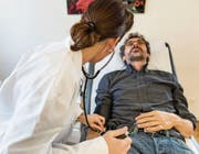 Kommt es zwischen Arzt und Patient zu Missverständnissen, kann es gefährlich werden. (Bild: Christian Beutler/Keystone)