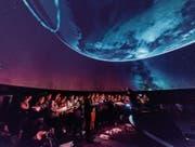 Schweben durch den interstellaren Raum: der 21st Century Chorus im Planetarium des Verkehrshauses Luzern. (Bild: Andre Schmid Photography)