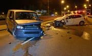 Die Beschädigungen am Lieferwagen und am Auto nach dem Unfall zeugen von einem heftigen Zusammenstoss. (Bild: Luzerner Polizei (Luzern, 8. März 2018))