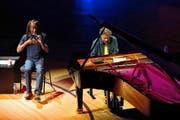 Bewahrten sich die Lust am Experiment: Bobby McFerrin (65) und Chick Corea (74) auf der Bühne des KKL-Konzertsaals. (Bild Corinne Glanzmann)
