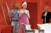«Pretty Belinda» (Mitte, Sandra Di Puma), Conrad Süess (links, Robin Köpfli) und Fiona Feldbusch (Gaby Spang) glänzen in ihren Rollen im aktuellen Stück der Volksbühne Baar. (Bild: Stefan Kaiser (Baar, 17. März 2017))