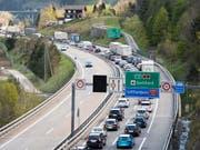 Der Reiseverkehr staute sich am Samstagvormittag vor dem Gotthard-Nordportal bereits auf über 12 Kilometer. (Archivbild) (Bild: KEYSTONE/URS FLUEELER)