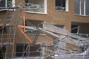 Ein Baugerüst an einem Neubau in Littau ist wegen des Wintersturms Burglind eingestürzt. (Bild: Keystone)