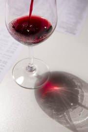 Ein Weinhaendler schenkt Rotwein in ein Glas bei der Berner Weinmesse, am Sonntag, 16. Oktober 2011 in Bern. (KEYSTONE/Peter Klaunzer) (Bild: PETER KLAUNZER (KEYSTONE))