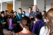Der welsche Bundesrat Alain Berset, hier mit Kindern zusammen anlässlich des nationalen Zukunftstags 2012, macht den Kantonen klare Ansagen bei den Fremdsprachen in der Primarschule. (Bild: Keystone/Peter Klaunzer)