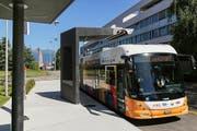 Über eine Vorrichtung an der Haltestelle wird die Batterie des Tosa-Busses – hier in Genf – aufgeladen. Bild: ETH Lausanne