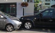 Auf dem Dorfplatz in Unterägeri sind zwei Autos kollidiert. (Bild: Zuger Polizei)