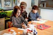 Adrian K. hilft seinen Kindern Laila (7) und Leon (9) bei den Hausaufgaben. (Bild: Nadia Schärli /Neue LZ)