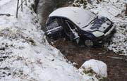 Das Auto landete im Rykenbach. (Bild: Luzerner Polizei (Ebersecken, 15. Februar 2018))