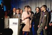 Die abtretende MAZ-Direktorin Sylvia Egli von Matt übergab gestern die Leitung an ihren Nachfolger Diego Yanez (hinter dem Pult) im Kreise von MAZ-Dozenten. (Bild Corinne Glanzmann)
