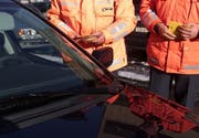 Die Zuger Polizei bei einer Fahrzeugkontrolle. (Archivbild Alexandra Wey/Neue ZZ)