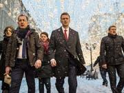 Alexei Nawalny (Mitte) auf dem Weg zur Anhörung vor der Wahlkommission im weihnächtlichen Moskau. (Bild: Evgeny Feldman/EPA (25. Dezember 2017))