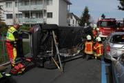 Das Auto des 73-Jährigen landete nach dem Crash auf der Seite. (Bild: Kapo Schwyz)