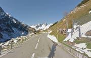 Die Sustenstrasse bei bei Färnigen wird mit einer Holzpalisadenwand besser geschützt. (Bild: Google Streetview)