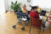 Wohnformen im Alter - Betreutes Wohnen: Menschen, die nicht stark pflegebedürftig sind, ziehen betreutes Wohnen dem Altersheim vor. (Bild: Keystone (Archiv))