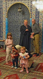 Am Opferfest in der bosnischen Moschee in Emmenbrücke werden die Kinder mit Süssigkeiten beschenkt. (Bild: PD)