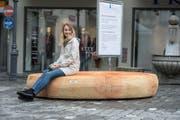 Sozial: Auf dem Holzring kann man auch im Kreis sitzen. Das gefällt Michelle Fischer auf Anhieb. (Bild: Dominik Wunderli (Luzern, 12. September 2017))