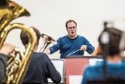 Dirigent Manuel Imhof bereitet sich mit der Jugend-Brass-Band Oberer Sempachersee auf den Wettbewerb in Montreux vor. (Bild: Nadia Schärli (Neuenkirch, 14. November 2017))