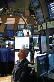Ein Börsenhändler verfolgt auf einem Bildschirm die Entwicklung an den Aktienmärkten. Wer an der Börse grosse Risiken eingeht, muss auch mit grossen Verlusten rechnen.