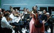 Die Cello-Solistin Chiara Enderle (rechts) spielt ihren Part perfekt. (Bild: Stefan Kaiser (Zug, 1. Juli 2017))