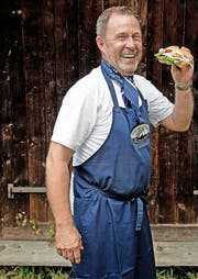 «Captain Jack» alias Hans-Peter Flamm will Schweizern unter anderem das Fischbrötchen näherbringen. (Bild Nadia Schärli)