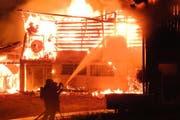 Das Feuer zerstört den Stall. (Bild: Kantonspolizei Schwyz)