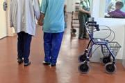 Betreuerin und Patientin in einem Pflegeheim. (Bild: Keystone)