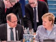 Die deutsche Kanzlerin Angela Merkel rügt ihren Agrarminister Christian Schmidt. Der CSU-Politiker hatte im Alleingang die weitere Verwendung des Umstrittenen Unkrautgifts Glyphosat in der EU gutgeheissen und so in Deutschland für heftige Kritik vor allem seitens der SPD gesorgt. (Archivbild) (Bild: Keystone/DPA dpa/MICHAEL KAPPELER)