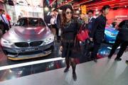 Gestern an der «Auto China» in Peking: Eine Frau schiesst ein Selfie vor einem neuen BMW-Modell. (Bild: AP/Ng Han Guan)