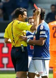 Dario Lezcano sieht die rote Karte und schubst Schiedsrichter Fedayi San. (Bild Philipp Schmidli)
