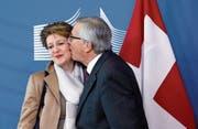 Gemischte Signale: EU-Kommissionspräsident Juncker küsst Bundesrätin Sommaruga. (Bild: Olivier Hoslet/EPA (Brüssel, 2. Februar 2015))