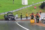 Die Unfallstelle auf der Luzernerstrasse in Arth: Auf dem Boden sieht man in braun die Ölspur, welche beseitigt werden musste. (Bild: Kantonspolizei Schwyz)