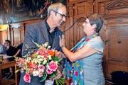 16 Jahre später gratuliert sie ihrem Parteikollegen Beat Züsli zur Vereidigung als Stadtpräsident. (Bilder Nadia Schärli/Archiv Neue LZ)
