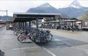 Der vom Gemeinderat favorisierte Standort für ein Gemeindehaus beim Bahnhof der Zentralbahn: Die Veloabstellplätze müssen verschoben werden. (Bild Robert Hess)