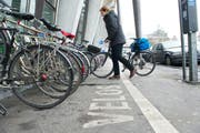 Velofahrerinnen können ihre Fahrräder oft gar nicht unmittelbar beim Bahnhof abstellen, weil alle Plätze belegt sind. (Bild Dominik Wunderli)