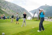 Die Schweizer Wintersport-Legenden Bernhard Russi, Tanja Frieden, Didier Defago und Pirmin Zurbriggen (v.r.n.l.) eröffnen mit ihren Abschlägen den Golfplatz «Andermatt Swiss Alps Golf Course» in Andermatt. (Bild: Keystone / Urs Flüeler)