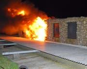 Der Scheibenstand in Rickenbach steht in Flammen. (Bild: Luzerner Polizei)