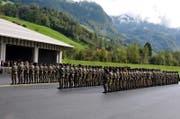 Der Waffenplatz Wil bei Stans wird erweitert. Auf dem Bild: «Medal Parade» für das Swisscoy-Kontingent. (Bild: Adrian Venetz (Stans, 11. Oktober 2013))