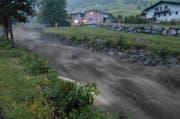 Heftige Regengüsse liessen am 7. Juni den Steinibach stark ansteigen. Zur Sicherung der Brücken war die Feuerwehr im Einsatz. (Bild Franz Niederberger)