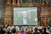 Vor der Gedenkfeier wurden in der bereits gut gefüllten Jesuitenkirche auf einer grossen Leinwand Fotos aus dem Leben Rolf Brems gezeigt. (Bild: Pius Amrein / Neue LZ)